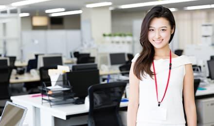 オフィスに立つ女性の画像